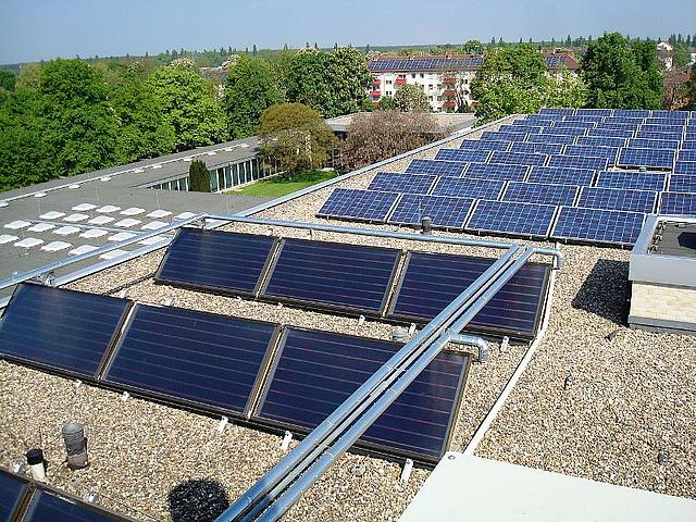 Passt gut zusammen: im Vordergrund Sonnenkollektoren auf dem Dach der Universität Speyer, dahinter Photovoltaikanlage. (Foto:  Wikimedia.Commons / Claus Ableiter - Eigenes Werk / CC BY-SA 3.0 / https://commons.wikimedia.org/w/index.php?curid=20298127)