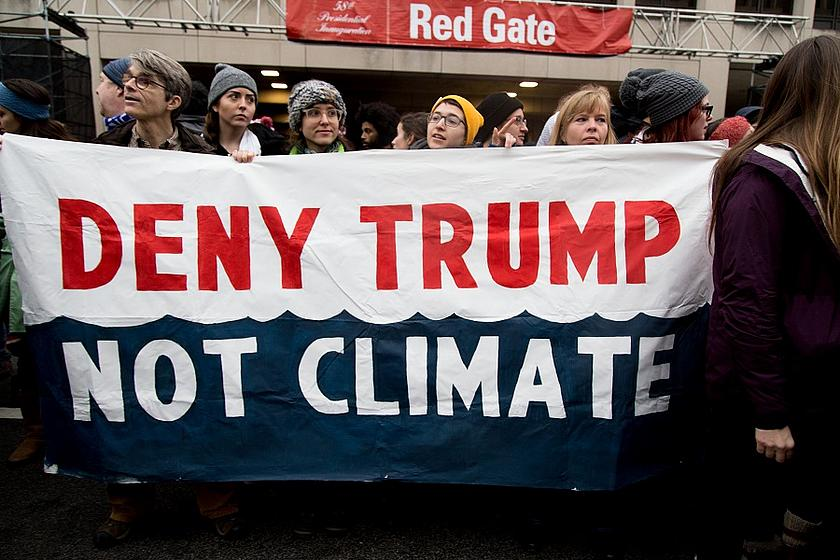 Demo in USA mit Plakat - Deny Trump, not climate