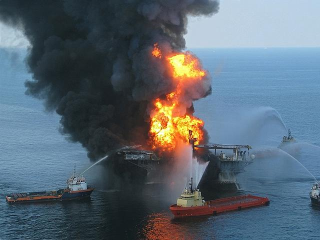 Die in Brand geratene Ölplattform Deepwater Horizon im Golf von Mexiko. (Bild: Wikimedia Commons https://commons.wikimedia.org/wiki/File:Deepwater_Horizon_offshore_drilling_unit_on_fire_2010.jpg)
