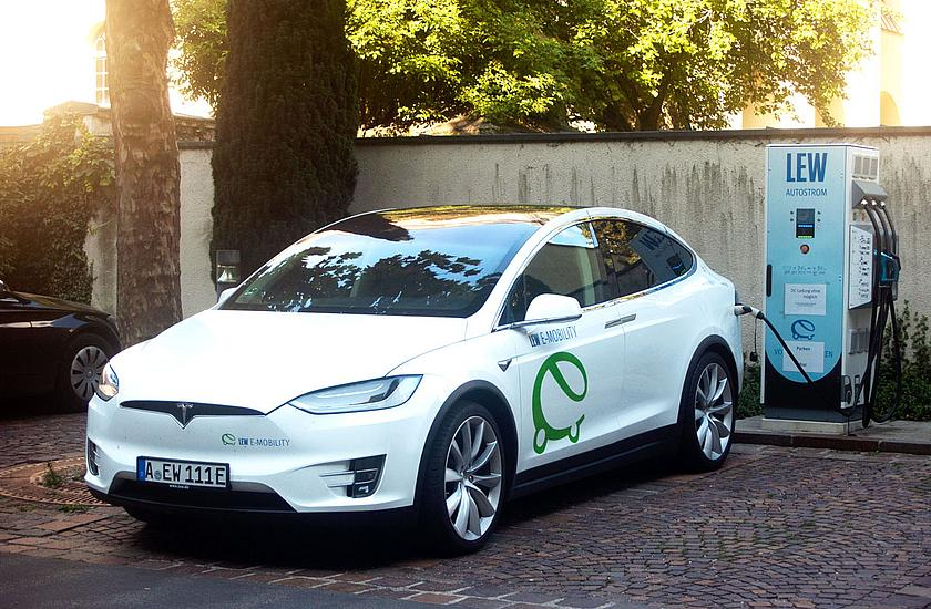 Tesla Model X an einer Ladestation