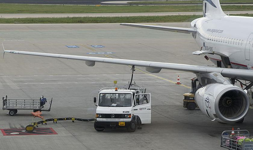 "Bodenbetankung eines Passagierflugzeugs am Airport in Athen. (Foto: <a href=""https://commons.wikimedia.org/wiki/File:Fueling_plane_Athens.jpg"" target=""_blank"">Jebulon / Wikimedia Commons</a>, <a href=""https://creativecommons.org/publicdomain/zero/1.0/deed"