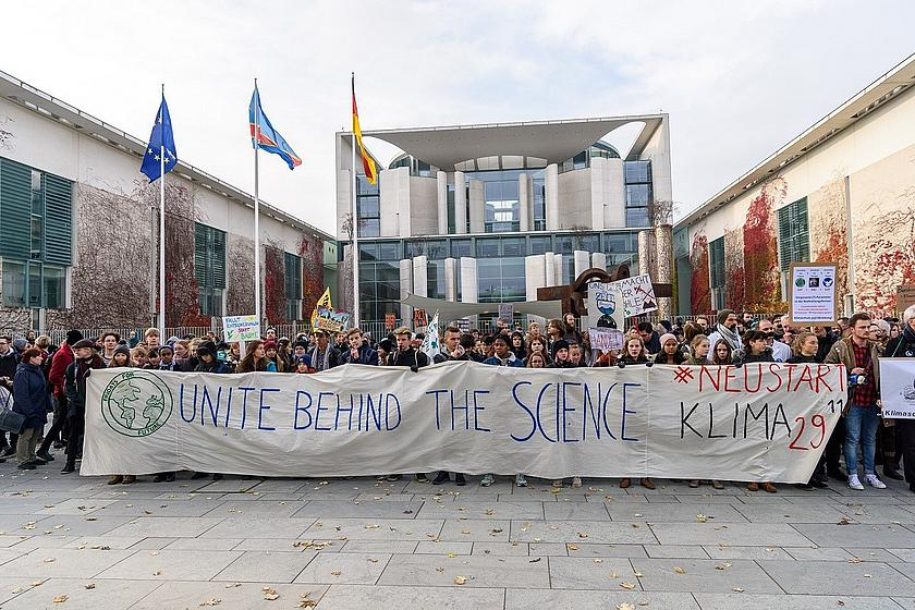 Fridays For Future Demonstranten vor dem Kanzleramt