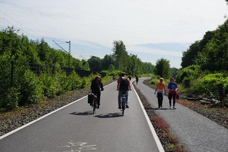 Rad- und Fußgängerweg sind auf dem RS1 durchgängig getrennt. - Foto © AGFS / Peter Obenaus